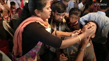 Inde : des enfants nourris de force pour leur... santé