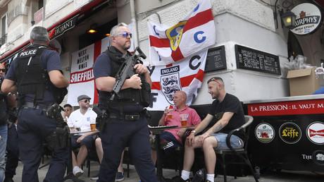 Policiers français devant des supporters de l'équipe d'Angleterre