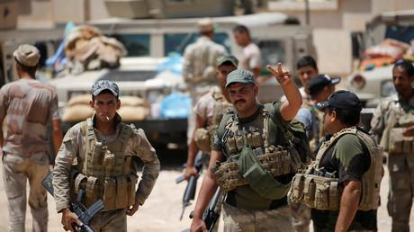 Des soldats irakiens se préparent à aller au combat
