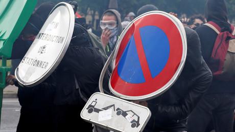 Des casseurs en train d'affronter les forces de l'ordre le 14 juin