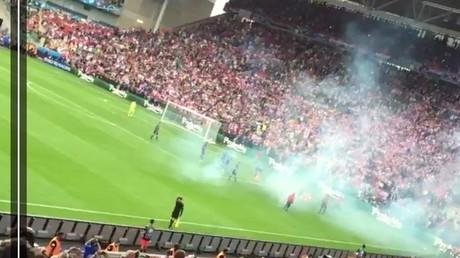 Un pétard blesse un stadier lors du match de football entre la Tchéquie et la Croatie (VIDEOS)