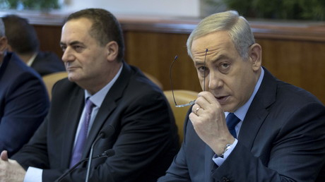 Le ministre des Transports et des Renseignements Israël Katz, (gauche) assis à côté du Premier ministre Benjamin Netanyahou