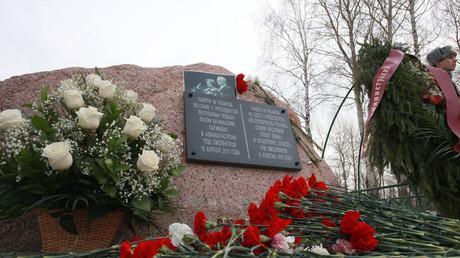 Une stèle commémorative érigée sur le lieu du crash du Tu-154