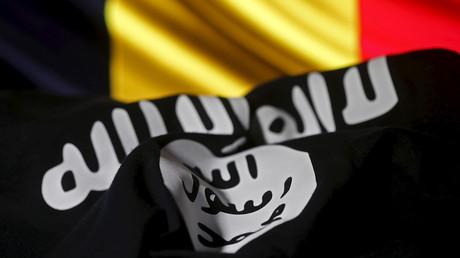 Illustration représentant le drapeau du groupe terroriste Etat islamique sur fond du drapeau belge