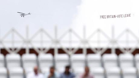 Un avion affiche un panneau aérien en faveur du Brexit