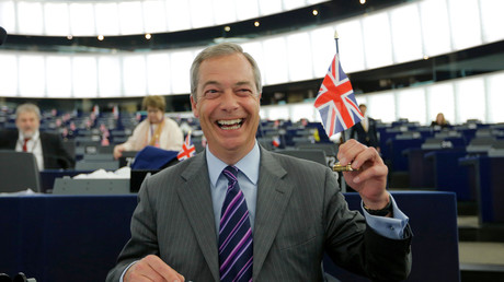 Nigel Farage, chef de UKIP (United Kingdom Independence Party) et membre du Parlement européen brandit un drapeau britannique au Parlement européen.