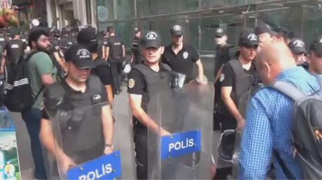 La police turque disperse des activistes de LGBT avec des gaz lacrymogènes