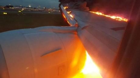 Singapour : Quelques instants après un atterrissage d'urgence, l'aile d'un Boeing prend feu (VIDEO)