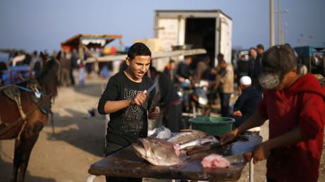 Un pêcheur vend du poisson à Gaza