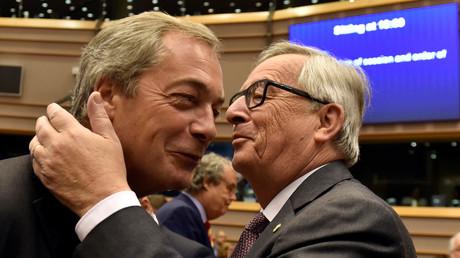 Le leader du Ukip, Nigel Farage, ici en compagnie de Jean-Claude Juncker, fait partie de notre top spécial boulettes post-Brexit