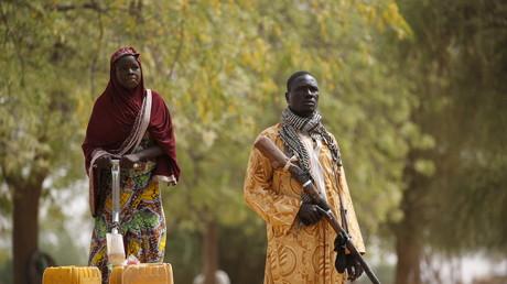 Un civil en arme membre d'un groupe de vigilance à Kerawa, dans le nord du Cameroun
