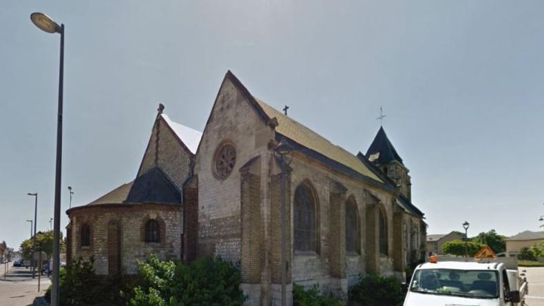 Dva muži ve Francii vyzbrojení noži podřízli 92letému knězi krk