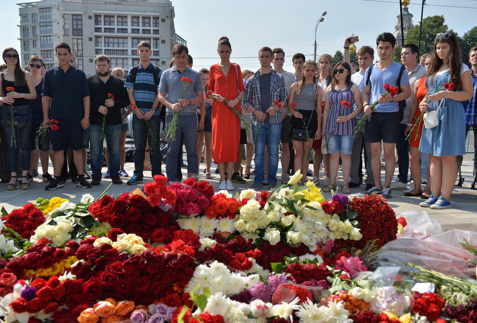 Lavrov et Kerry déposent des fleurs  devant l'ambassade de France à Moscou (VIDEOS)