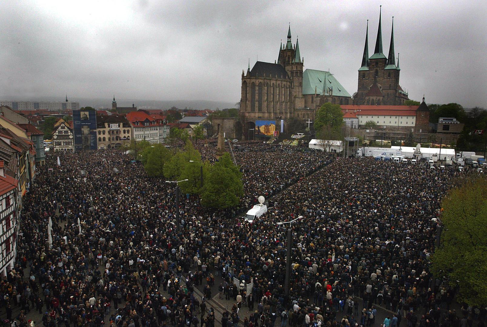 Des milliers de personnes sont venues rendre un dernier hommage aux victimes aux abords de la cathédrale d'Erfurt