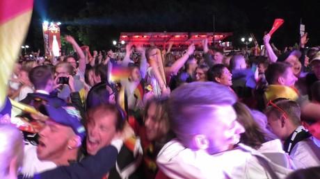 Les Berlinois fous de joie après la victoire de leur équipe contre l'Italie lors de l'Euro
