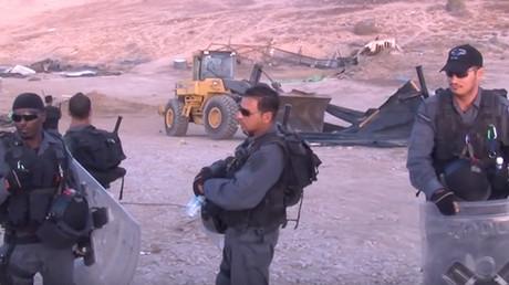Première destruction du village en 2010. Capture d'écran YouTube