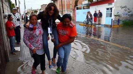 Une journaliste se fait porter par des habitants pour ne pas se mouiller les pieds, le web consterné