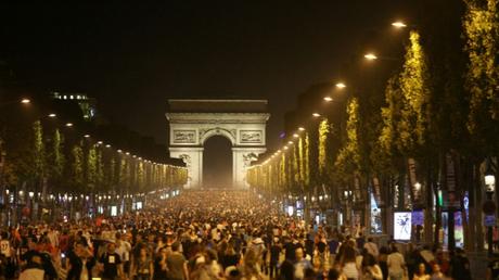 Euro 2016 : incidents entre supporters et forces de l'ordre sur les Champs-Elysées (PHOTOS)