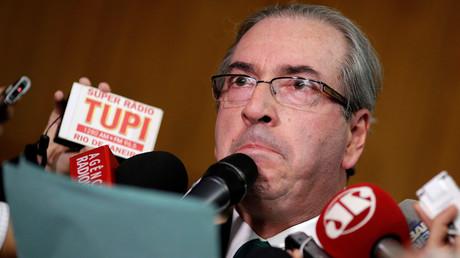 Brésil : accusé de corruption, le principal adversaire de Dilma Rousseff démissionne