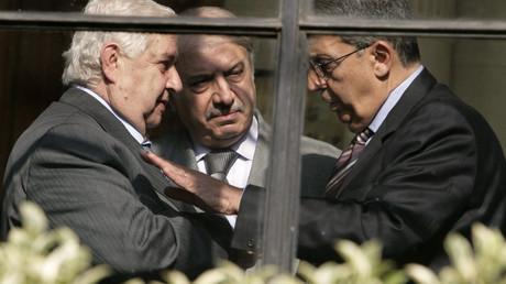 Le ministre des Affaires étrangères syrien, à gauche, rencontre une délégation arabe
