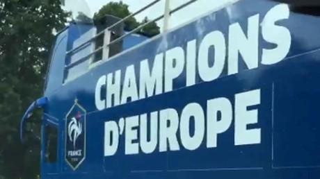 Le bus de l'éventuelle célébration des Bleus apperçu sur la route avant France-Portugal (VIDEO)