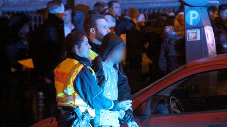 Des policiers allemands arrêtant un homme dans la nuit du Nouvel An 2016, à Cologne.