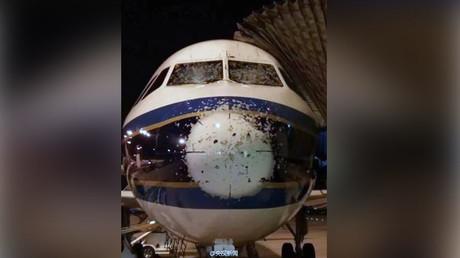 Des trous dans le pare-brise d'un avion n'empêchent pas les pilotes chinois d'atterrir (PHOTOS)