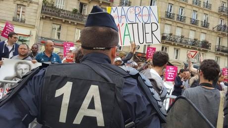Des œufs et des sifflets pour les participants au meeting parisien de Macron (VIDEO)