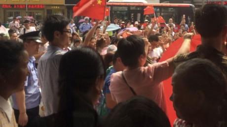 Des Chinois brisent des iPhones et manifestent devant KFC pour dénoncer «l'impérialisme américain»