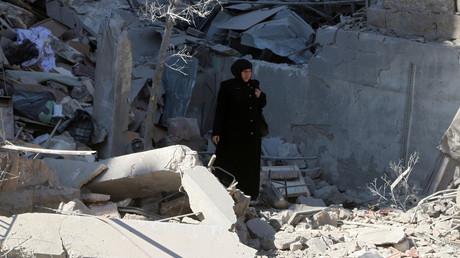 Une femme dans les décombres suite à une frappe aérienne