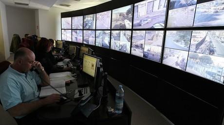 Des agents de vidéosurveillance scrutent les rues de Nice