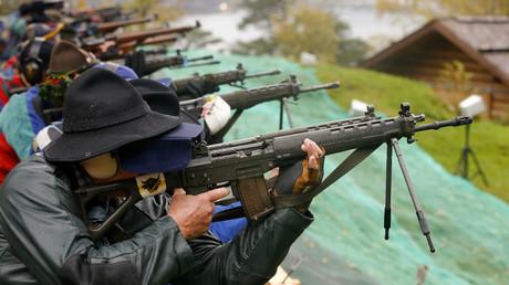 Des Suisses participent à un évènement avec leurs armes militaires personnelles