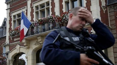 Un policier réagit a la prise d'otages à Saint-Etienne-du -Rouvray