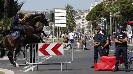 Des policiers deux jours après l'attentat de Nice sur la Promenade des Anglais