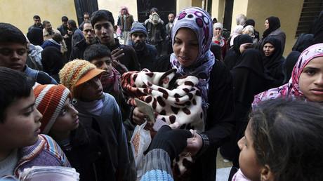 Des habitants d'Alep se voient distribuer de l'aide humanitaire