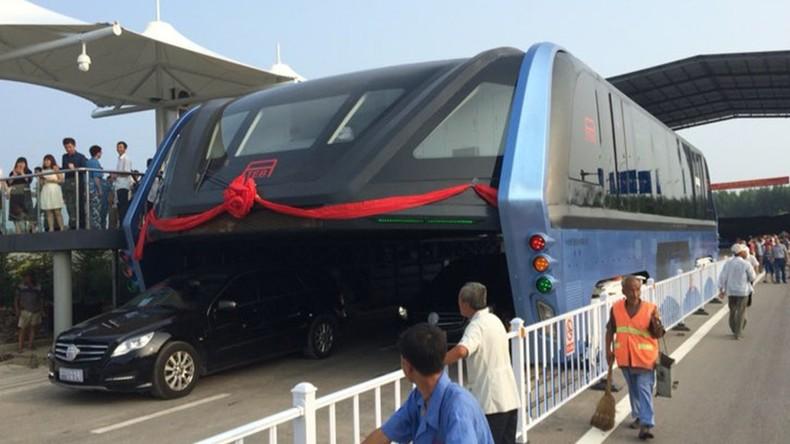 un bus futuriste qui passe par dessus le trafic automobile test en chine photos videos rt. Black Bedroom Furniture Sets. Home Design Ideas