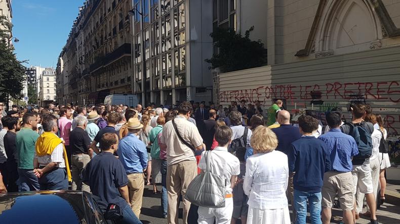 Sainte-Rita : une centaine de personnes assistent à une messe devant l'église