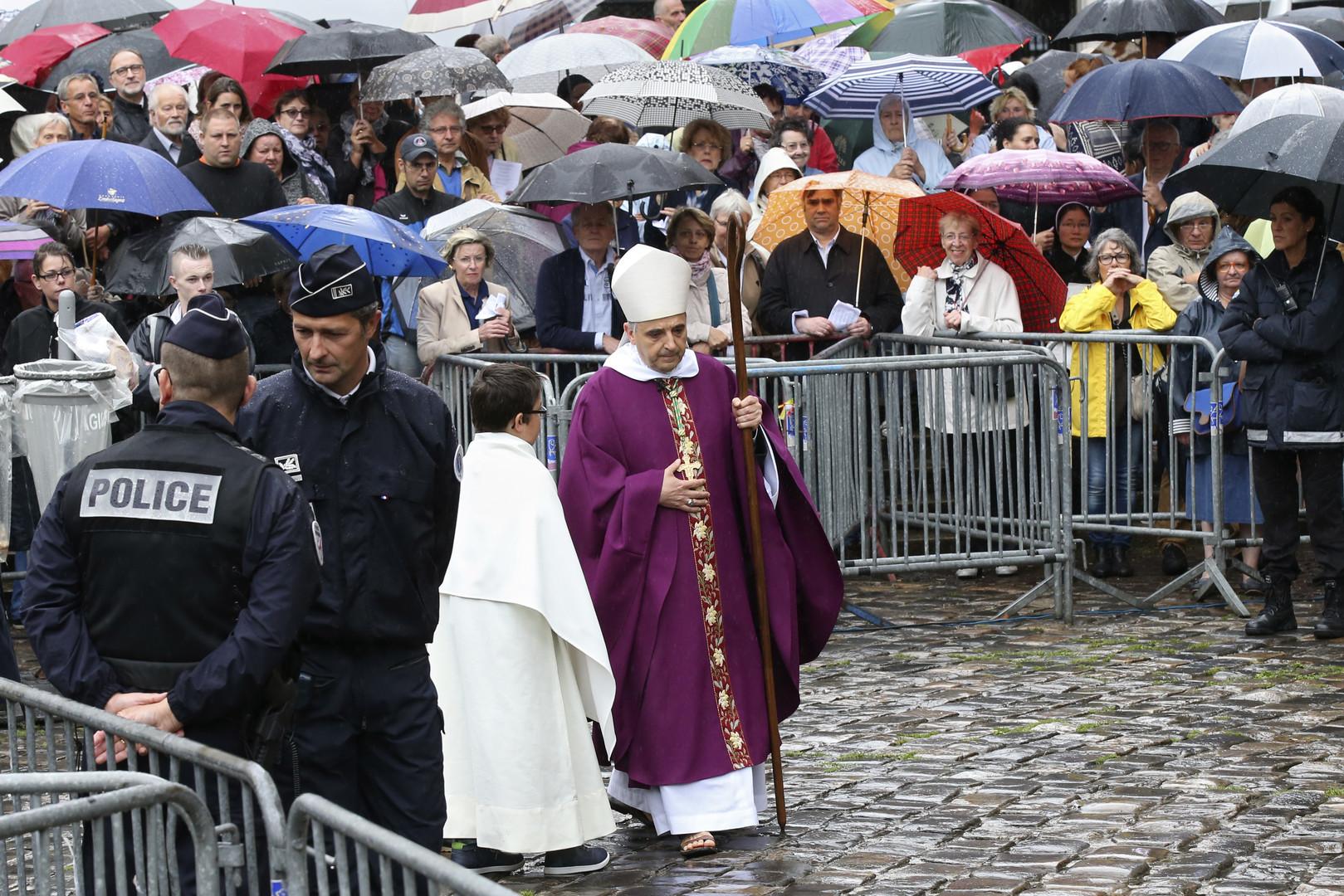 Rouen : les funérailles de l'abbé Hamel rassemblent des milliers de personnes