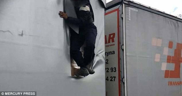 Grande-Bretagne : un migrant saute d'un poids lourd en marche (PHOTOS, VIDEOS CHOC)