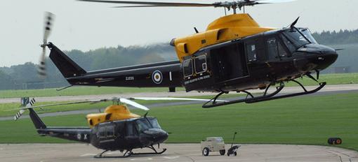 Un hélicoptère de l'armée britannique prend feu et atterrit en urgence sans faire de victime
