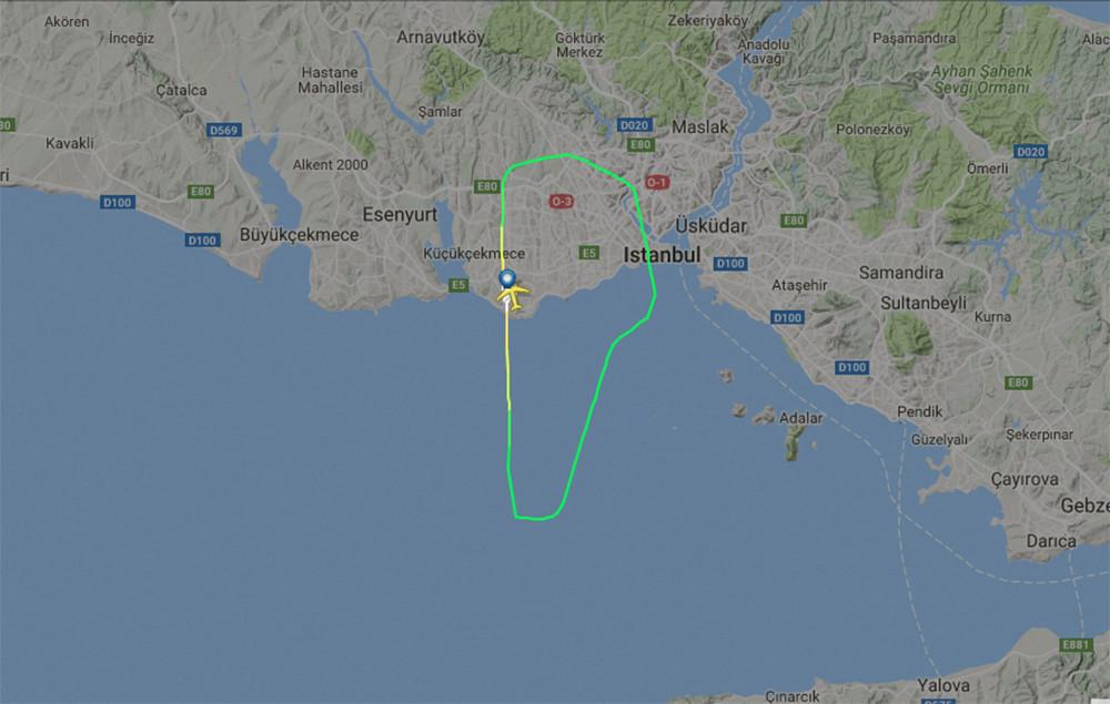Un avion de Qatar Airways atterrit en urgence à Istanbul après qu'un moteur a pris feu (VIDEOS)