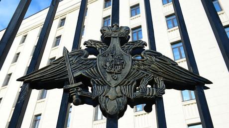 Emblème sur la clôture du ministère russe de la Défense