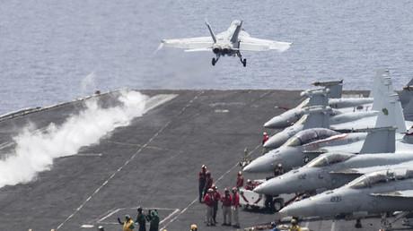 Des avions de chasse américains décolles d'un porte-avion