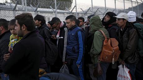 Des migrants attendent de se faire enregistrer sur l'île de Lesbos