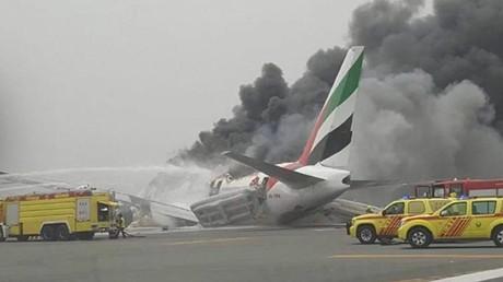Un avion s'enflamme après son atterrissage à l'aéroport de Dubaï, sans faire de victime (VIDEO)