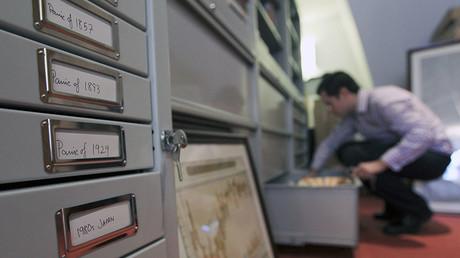 Un homme cherchant dans les archives