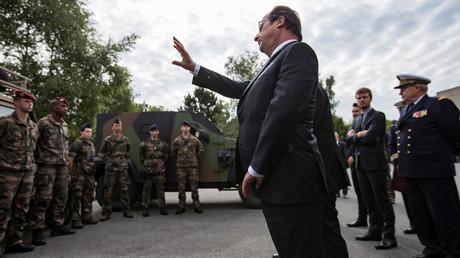 François Hollande passent les troupes en revue