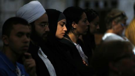 Une femme musulmane à l'entrée du cathédrale du Rouen pour assister à une messe en mémoire du père Jacques Hamel