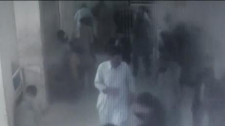 Le moment tragique de l'attaque meurtrière devant un hôpital pakistanais