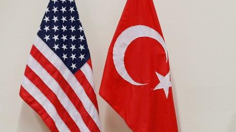 Les drapeaux américains et turcs